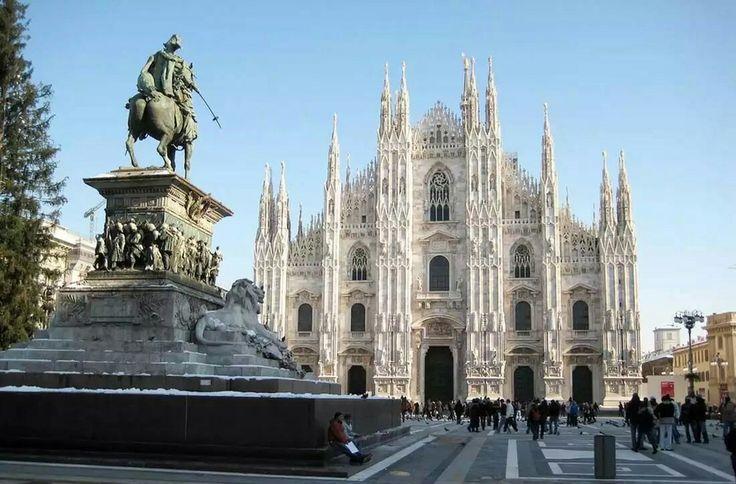Кафедральный собор в Милане.Построен в готическом стиле из белого мрамора.Строительство начато в 1386г. завершилось в начале ,19 века.