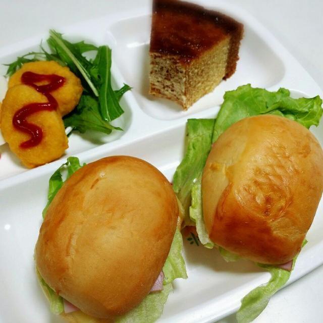 テーブルロールのサンドイッチ (ハム、チーズ、レタス) ナゲット、水菜、ゆで卵 御在所SA限定プリンバームクーヘン  プリンバームクーヘン、上にカラメルがのってます。 甘くておいしかった(*^^*) - 11件のもぐもぐ - 4/30朝食 by toshirinsur21