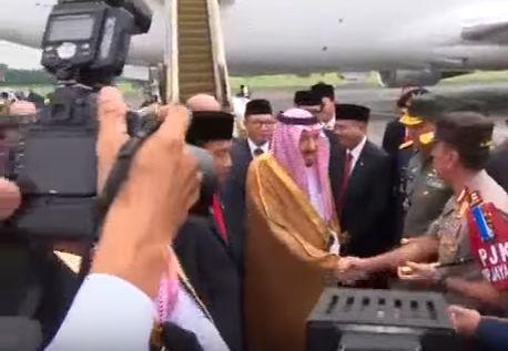 Raja Salman bin Abdulaziz al-Saud disambut Jokowi ketika berkunjung ke Indonesia