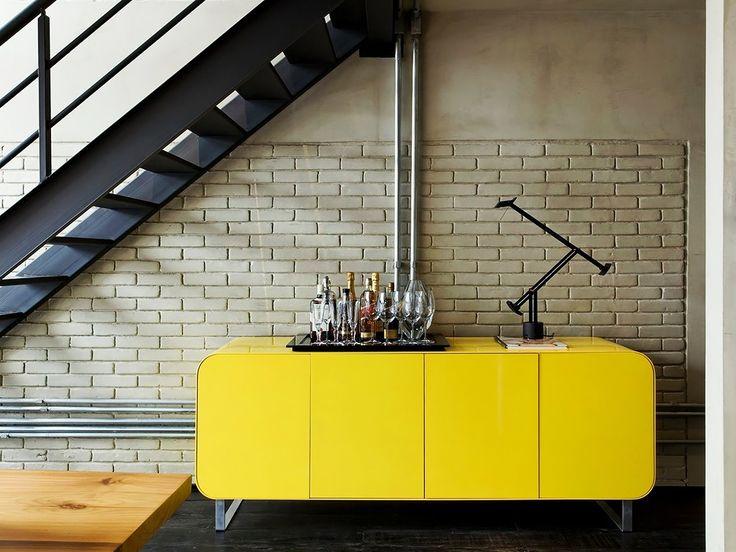 aparador amarelo e escada de ferro