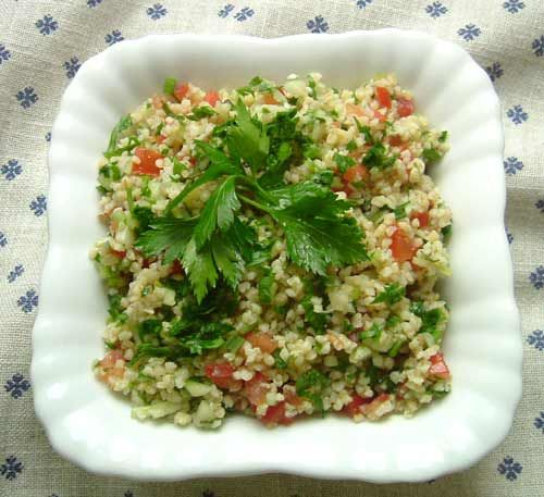 Tabouleh Salat,                                                                                  200 g Bulgur  1 - 2 Bund je nach Größe glatte Petersilie  Eine Hand voll frische Minzeblätter  Eine kleine grüne Gurke  3 Fleischtomaten  1 kleine Zwiebel oder  3 Frühlingszwiebel  Salz  Pfeffer  5 - 6 EL Zitronensaft  Olivenöl