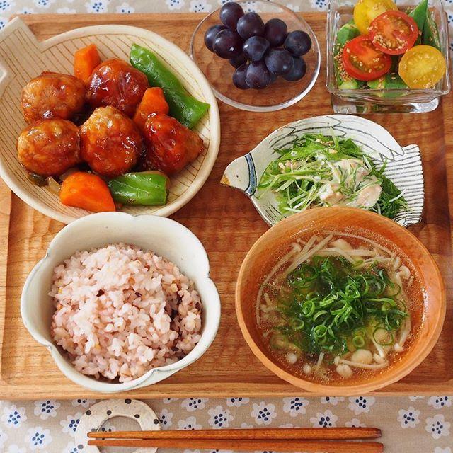 2016.12.29 今日の晩ごはんは . ◌ 簡単!豚こま団子でヘルシー揚げない酢豚 ( cookpad 1844259 ) ◌ 水菜とツナのサラダ ( 492823 ) ◌ トマトとオクラのポン酢ごま和え ( 3361123 ) ◌ ぶどう ◌ *ヘルシー*きのこの生姜スープ ( 1935570 ) ◌ 雑穀ごはん . でしたー。 . . 今年の更新はたぶんこれが最後になります。 自己満の拙いおうちご飯&犬の写真を見てくださって本当に心からありがとうございました! のんびりですがまた来年もよろしくお願いしますー! どうぞ良いお年をお迎えください☺ . .