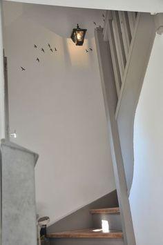 escalier peint blanc et gris. Source : page blanche n°11
