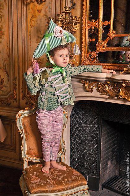 Купить или заказать Костюм МАЛЕНЬКИЙ НАПОЛЕОН в интернет-магазине на Ярмарке Мастеров. Комплект для мальчика стилизованный под исторический костюм. В комплект входит - треуголка, камзол на подкладе, брючки, воротник жабо. Доступный для заказа размерный ряд - от 3 до 7 лет.