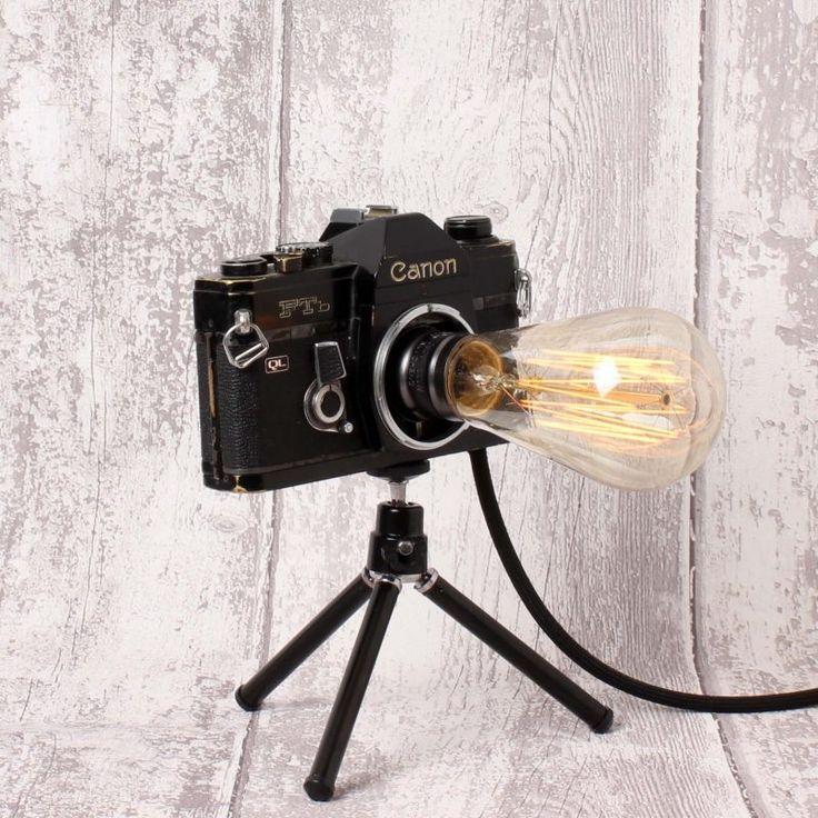 Canon marka fotoğraf makinesinden üretilmiştir.  Işığın gücünü dilediğiniz gibi  ayarlayabilmeniz için makinenin içine dimmer monte edilmiştir. Makinenin film sarma butonu modifiye edilerek açma kapama tuşuna dönüştürülmüştür. Lamba film sarma butonunun çevrilmesiyle açılır ve ışığın gücü ayarlanır.  Ürün, Edison ya da rustik olarak nitelenen kendine has şekilli, flamanlı ampulle ve mini tripod ile birlikte gönderilecektir.
