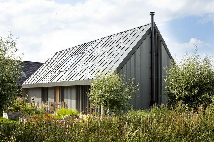 moderne schuurwoning | een moderne landelijk gelegen woning in een ingetogen grijze kleur met verrassende vergezichten vanuit de woning op het landschap en   de seizoenen, verder is de woning voorzien van een zinken dak en karakteristieke staande houten lamellen die zorgen voor een mooi schaduwspel
