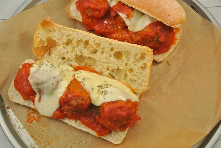 Italiaans broodje gehaktbal uit de oven.
