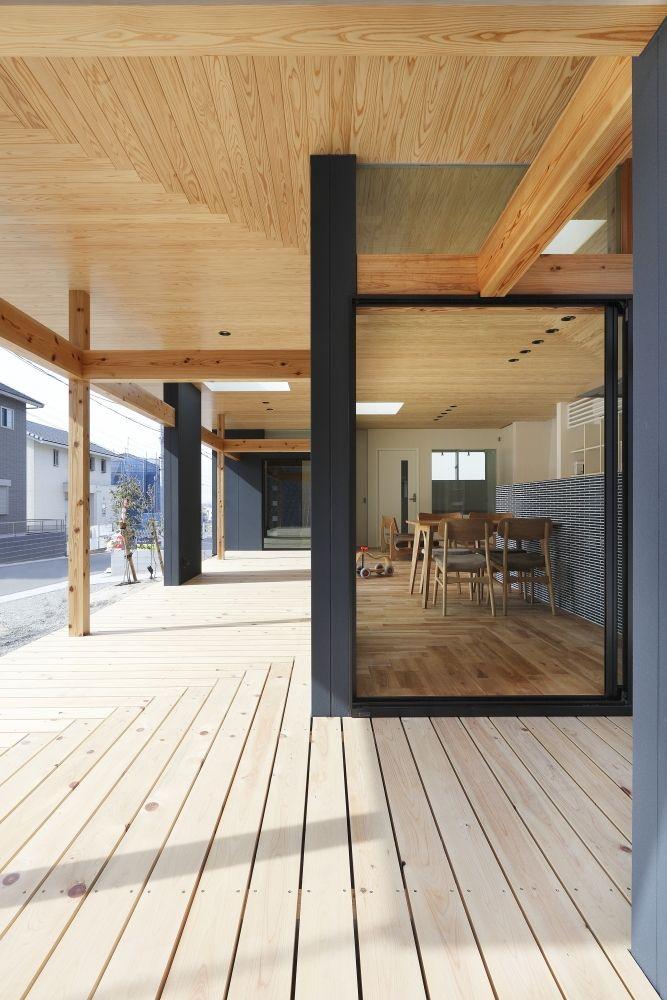 アウトドア事例:縁側・中間領域・杉(「阿久比の家」広いデッキ・水平に広がる・カフェ)
