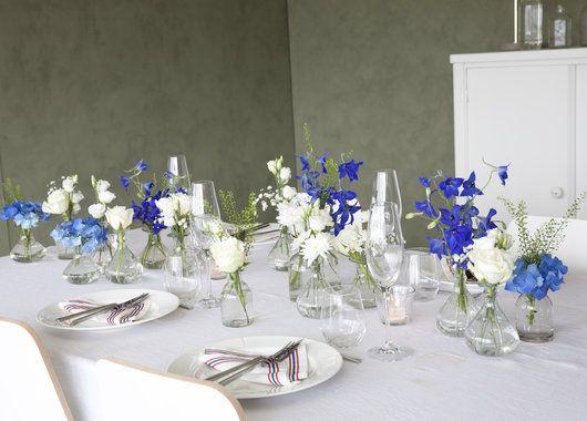 Pynt bordet med blå og hvite blomster