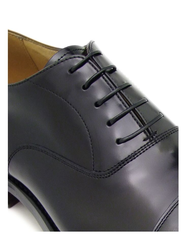 you can see the close fastening that distinguish the oxford shoes