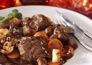 CIVET DE CHEVREUIL (oignon, carotte, ail, vin rouge, vinaigre de vin, fond de veau, clou de girofle, bouquet garni, beurre, huile d'olive, farine, crème, sel/poivre)