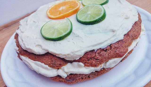 Idén is elkészítettem a kedvenc répatortámat narancsos lime-os mascarpone krémmel. 🍊A receptet a blogon találjátok! 💻 Katt a linkre a bio-ban! Nektek mi a kedvenc húsvéti sütitek? 🍰🐣🐰Carrot cake with orange-lime mascarpone cream 💕🎀···#répatorta #narancs #lime #mascarponekrem #mutimitsütsz #mutiatortad #husvet #orsisüt #carrotcake #orangeandlime #orange #mascarpone #mascarponefilling #creamcheesefrosting #baking #homemadecake #eastercake #easter #recipeontheblog #linkinbio #mik…