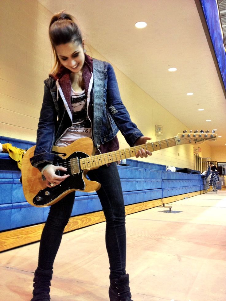 Vittoria Gionfiddo playing with a guitar not actually playing ☺