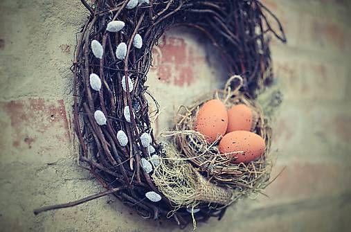 zuzig / Veniec s hniezdočkom. Veniec základ prútie s hniezdočkom,vajíčkami,bahniatkami....priemer ma cca29cm 11€