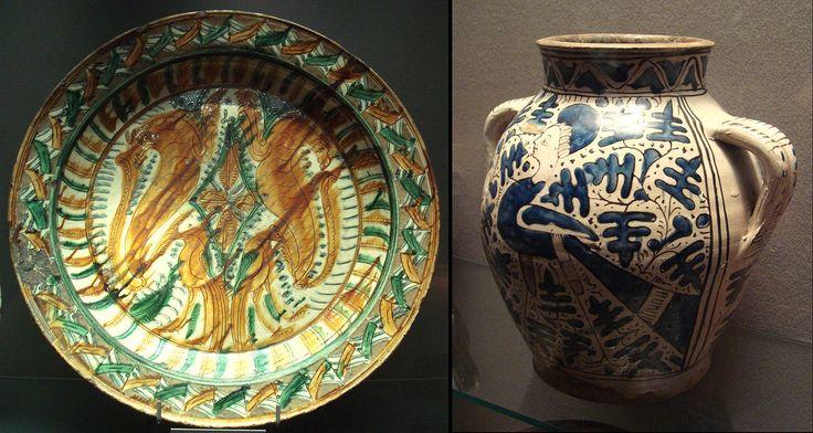 """La cerámica italiana de mediados del siglo XV estuvo fuertemente influenciada por la cerámica china. Una placa Sancai (""""Tres colores"""") (izquierda), y un jarrón Ming tipo azul y blanco (derecha), hecho en el norte de Italia, a mediados del siglo XV. Musée du Louvre."""