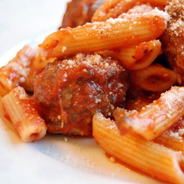 Πένες με κεφτεδάκια σε σάλτσα μελιτζάνας γρήγορο κάλο και όχι καθημερινό φαγητό το οποίο μπορεί να μας μαγέψει με τον συνδυασμό των γεύσεων.