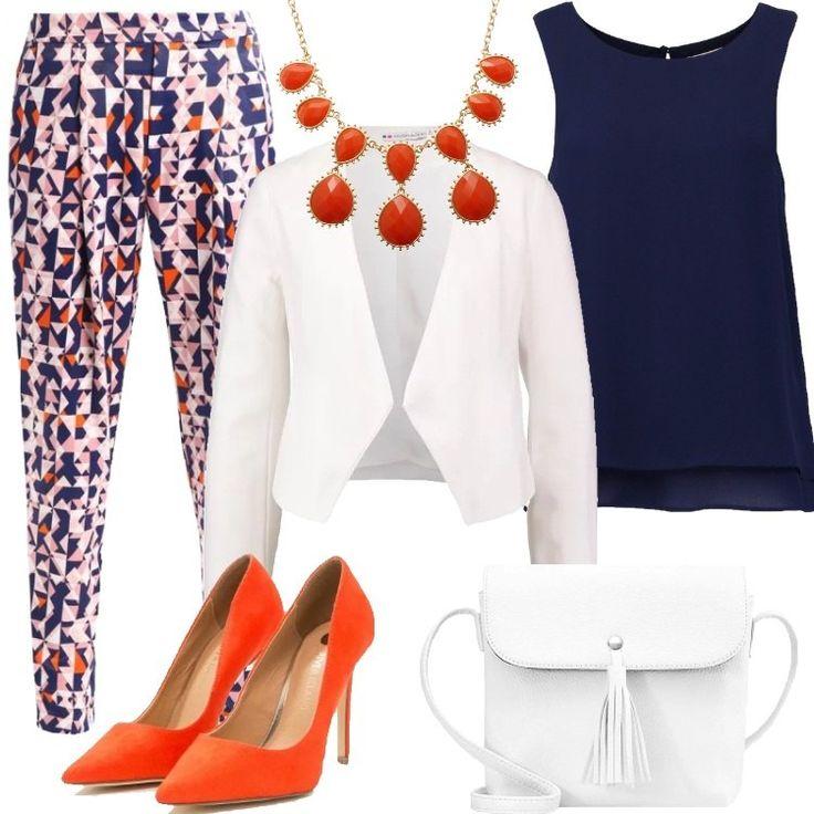 Pantaloni a gamba stretta nei toni del blu, bianco, rosa e arancione. Top senza maniche blu da indossare sotto ad un blazer bianco. Décolleté a punta, arancioni come la collana. La borsa in similpelle ha la chiusura a cerniera e la tracolla.