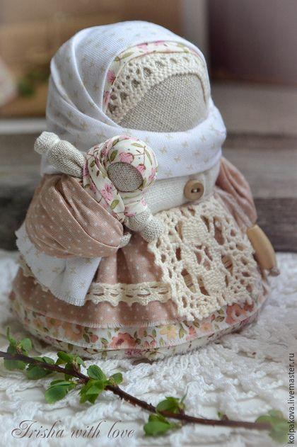Купить или заказать кукла-оберег Семейная парочка'Рассветная любовь'. в интернет-магазине на Ярмарке Мастеров. Архангелогородская парочка-пример семейных отношений и верности. Счастье семейной жизни определяет смысл жизни людей,оно согревает не только супругов и их детей,но и всех окружающих. Куколки изготовлены из мягкого,нежного хлопка оттенка пыльной розы,который напоминает весенний рассвет, бесшитьевым способом на бересте,использованы натуральные лён и хлопок.Лапти из бересты…