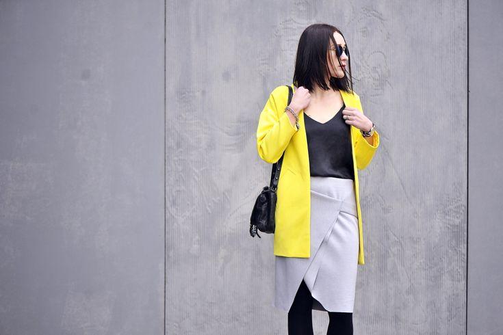 żółty-płaszcz-stylizacja #street #style #street #fashion #asymmetric #skirt #greyskirt  #grey #yellow #coat #oversizedcoat #oversized #slip #blouse #outfit