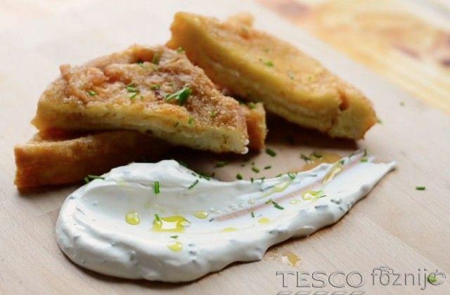 A kikevert tojásba keverjünk reszelt parmezánt és forgassuk meg benne a sajttal töltött toast kenyereket. Étolajban süssük aranybarnára és snidlinges tejföllel tálaljuk. Díszítésnek használhatunk...