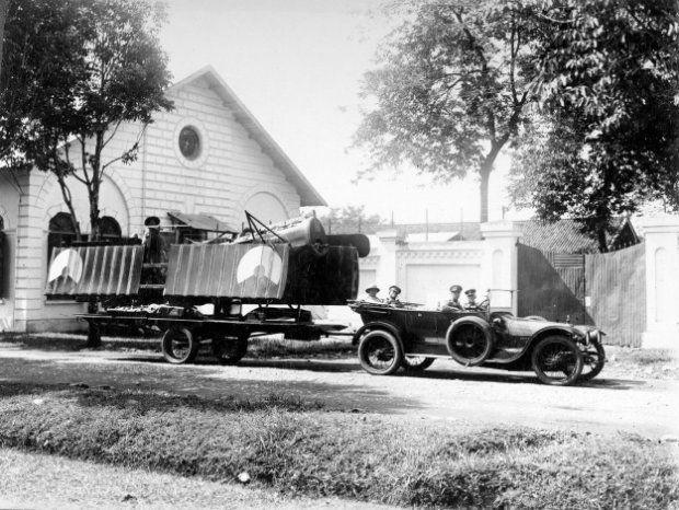 Een gestrande Fokker D.VII van de LA-KNIL wordt met een bergingswagen buiten Bandoeng opgehaald. Bandoeng, Nederlands-Indië 1922-1928