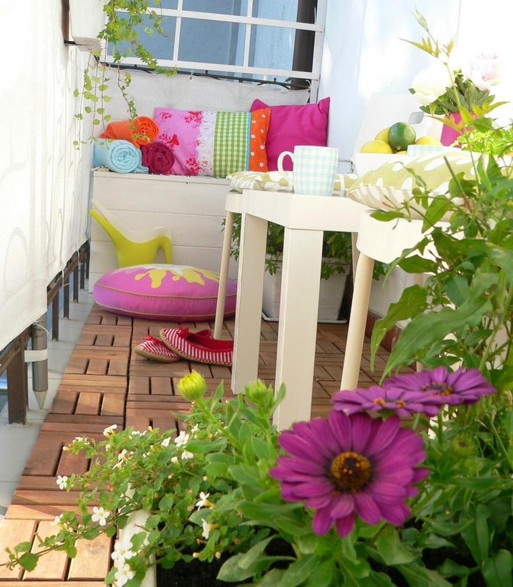 Elsker, at det er så let at skifte stil på denne altan. Køb et par meter stof og sy nye puder - og vupti, så har du en 'ny' altan