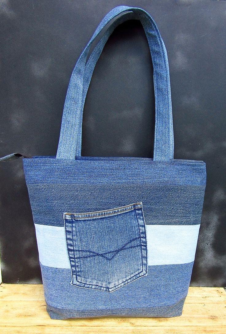 Nagyméretű táska farmer anyagok újrahasznosításával.