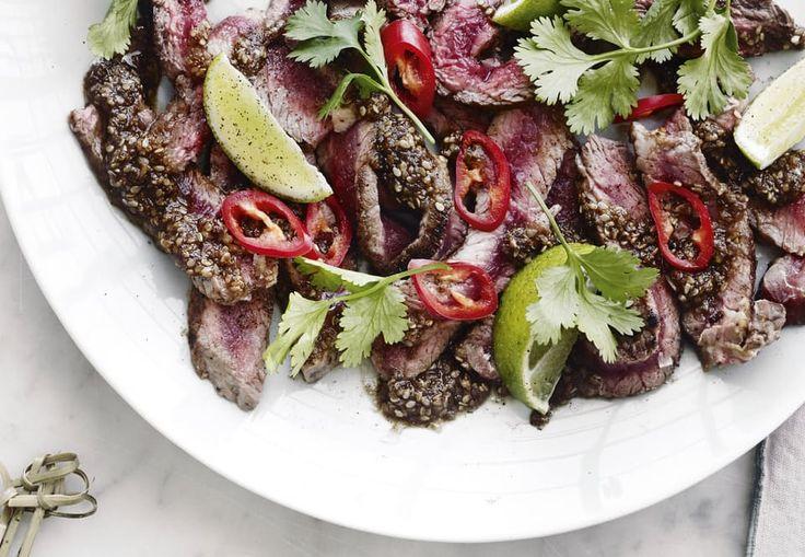 Steg rigeligt med kød, og servér det i tynde skiver med hjemmelavet gomasauce, chili og frisk koriander.