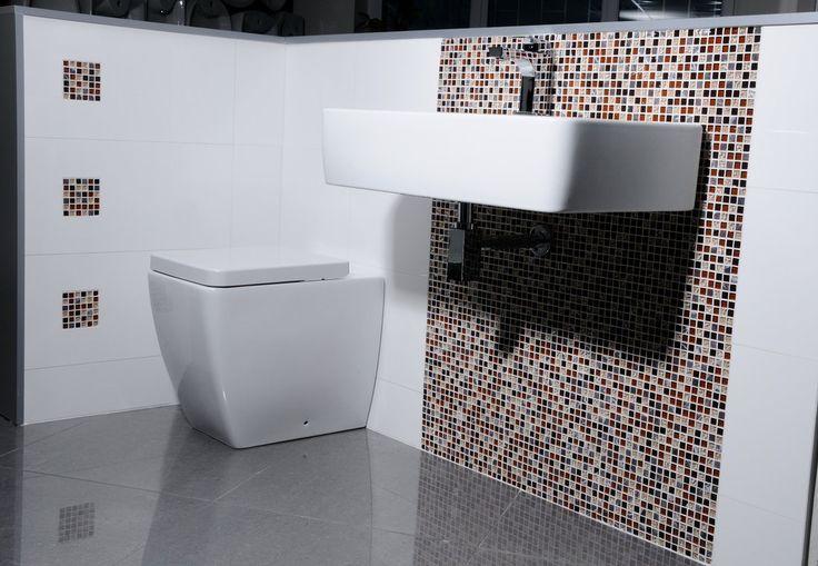 Skleněná mozaika CORNY 30x30 nádherně doladí prostor, který sám o sobě nevyniká. Některé prostory například sloupy, stěny v obývacím prostoru, kuchyně, bary si zaslouží více pozornosti. Proto je zde tato série, která i v kombinaci s bílým obkladem vykouzlí nepřehlédnutelný prostor.