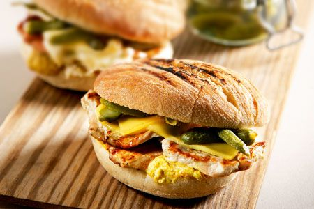Μπέργκερ με μπριζολάκια, μουστάρδα και αγγουράκι τουρσί - Συνταγές | γαστρονόμος