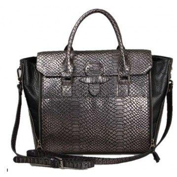 Sabrina nous fait fondre avec ce sac trapèze noir et argenté aux détails aspect croco ! 100% tendance !  http://www.squaredesaccessoires.com/sac-sabrina/8380-sac-a-main-noir-et-gris-metallise-croco-sabrina-sofia-cuir-de-vachette--3662557012737.html