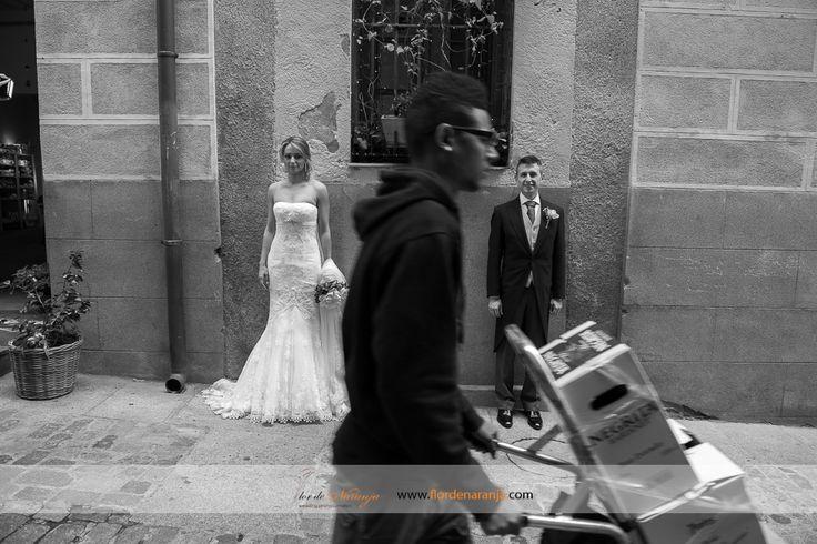 Boda de Paola y Javier. Fotoperiodismo con los novios por las calles de Madrid