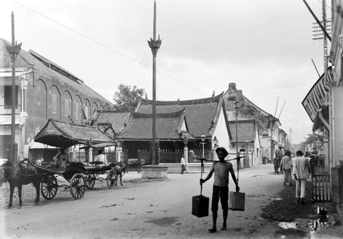 #Hok An Kiong Chinese Temple: Photographed at the turn of the 20th century. The oldest Chinese temple in Surabaya, it was founded in the early 19th century, so it was already perhaps nearly a hundred years old.