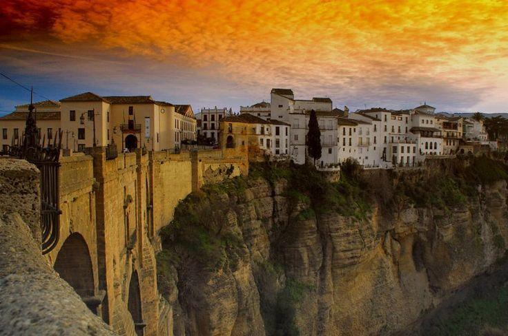 Парящая над ущельем Ронда: необыкновенный город на скалах  Этот город, парящий над пропастью, по достоинству считается одним из самых красивых в Испании. Сюда съезжаются туристы со всего мира. Восхищает здесь всё — от необыкновенных, захватывающих дух пейзажей, открывающихся практически из любой точки города, до какой-то даже пугающей концентрации достопримечательностей всего на 481 кв. км площади этого города «белых домов».