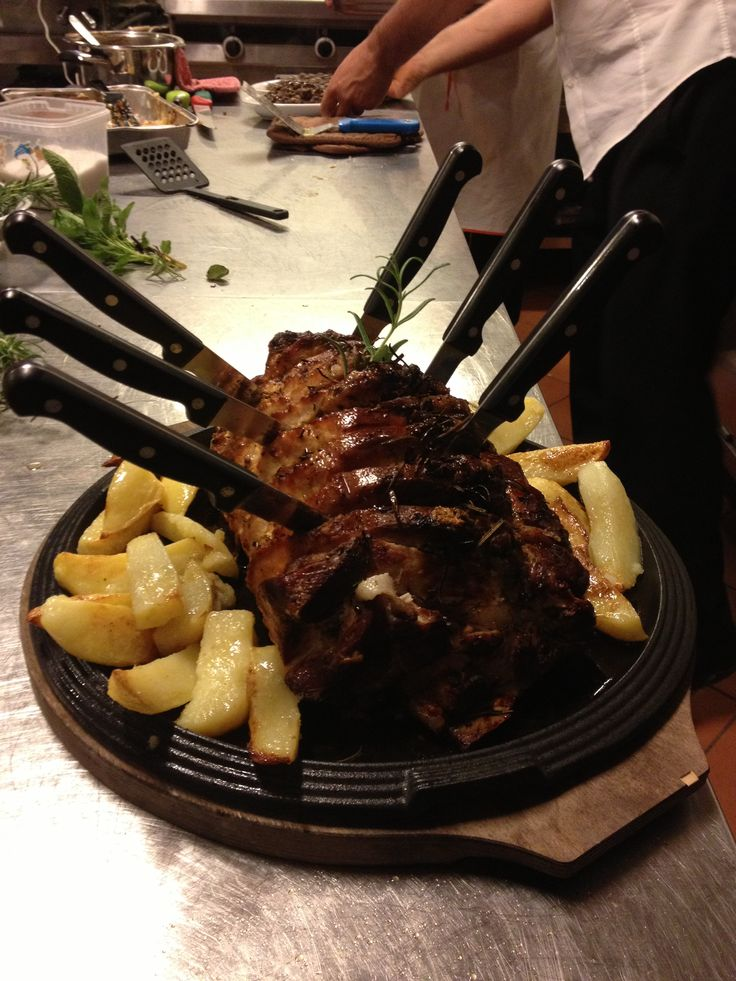 Uno squisito carrè di maiale al forno con contorno di patate