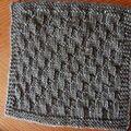 Voilà un autre projet facile... le carré Août... Il est fait en côtes brisées (selon mon livre de tricot)  ...