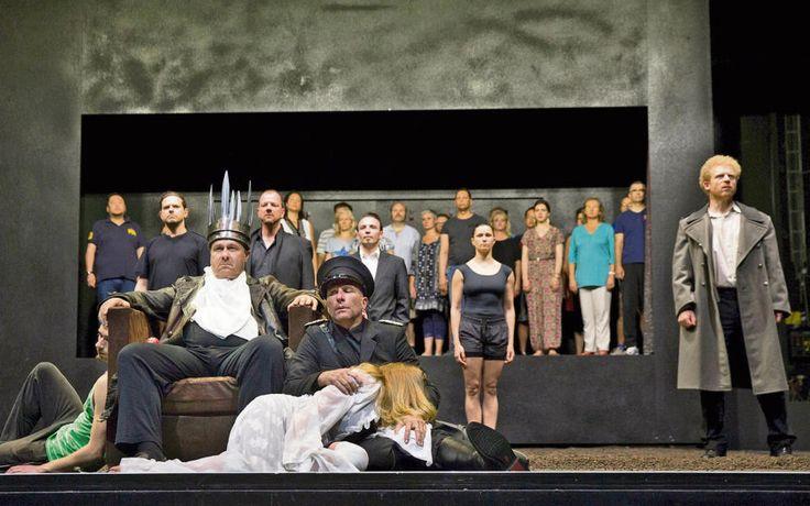 """Malte C. Lachmann setzt in Hof """"Dantons Tod"""" in Szene.     Bei der öffentlichen Probe: Ralf Hocke als König Duncan mit Marco Stickel (Macbeth), Marieke Kregel (Lady Macbeth) und Jörn Bregenzer (Malcolm; vorne, von links) sowie (dahinter, von links) Oliver Hildebrandt (Banquo), Dominique Bals (Macduff), Florian Bänsch (Lenox) und Yana Andersson (Kammerfrau). Der Opernchor (hinten) agiert auf einer zweiten, erhöhten Ebene. Foto: Harald Dietz"""