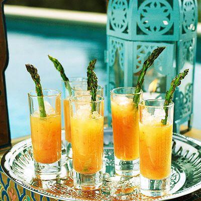 Färsk söt drink med sparris som ett lite annorlunda tillbehör.
