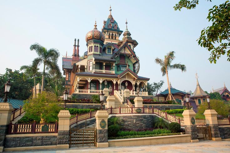 Mystic-Manor-Hong-Kong-Disneyland-Mystic-Point-Haunted-Mansion.jpeg (1575×1050)