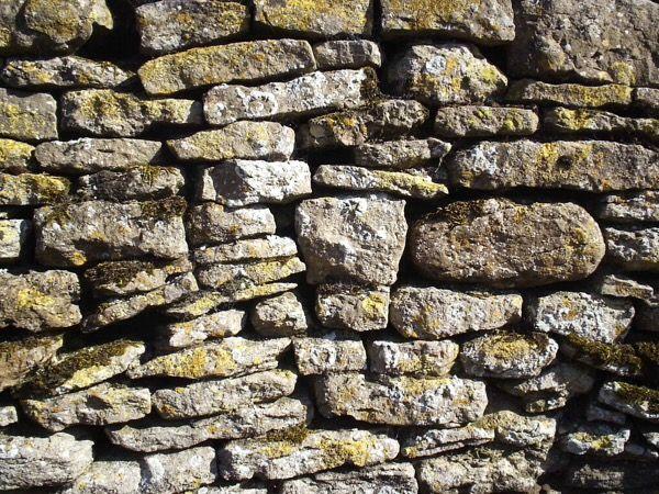 Alvenaria de pedra seca - alvenaria rudimentar de pedras que dispensa o uso de argamassa.  Leia mais em: http://www.ecivilnet.com/dicionario/o-que-e-alvenaria-de-pedra-seca.html Copyright © E-Civil