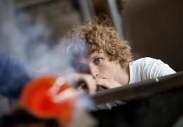 Kunstenaars aan het werk in de Glasblazerij