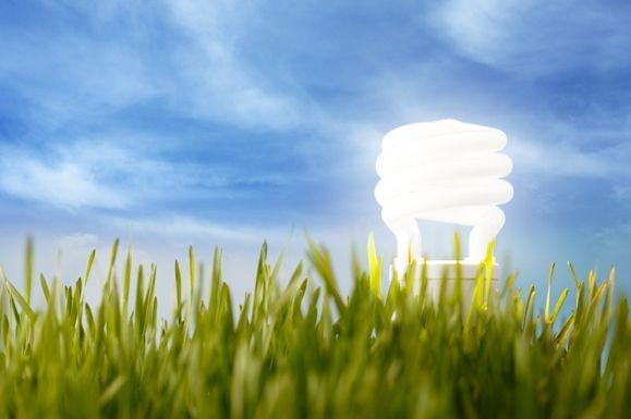 Elektrina aplyn. Dva druhy energie, bez ktorých si moderný život sotva vieme predstaviť. Extrémne dôležitá je najmä elektrina – plyn sa dá vždy nahradiť práve touto energiou. Ceny elektriny aplynu vposledných rokoch plynulo rastú. Sem tam sa zastavia, aby následne opätovne stúpali. Účty za energie dokážu odčerpať nemalý podiel rodinného rozpočtu. Jedným spôsobom, ako platiť …