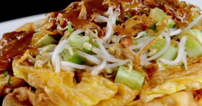 Tahu telor is een makkelijk te maken gerecht van tahu en ei met een pittige saus van pinda's. Garneer het met verse groenten zoals taugé e...