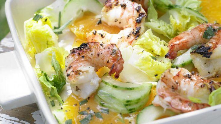 Der knackig-fruchtige Salat punktet mit nur 180 Kalorien: Garnelen auf Gurken-Orangen-Salat mit Orangen-Limetten-Sauce | http://eatsmarter.de/rezepte/garnelen-gurken-orangen-salat