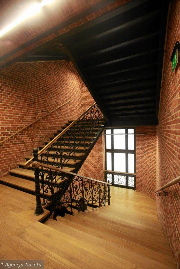 z13742108Q,Na-klatce-schodowej-skute-zostaly-tynki-i-wyekspon.jpg 620×929 pikseli