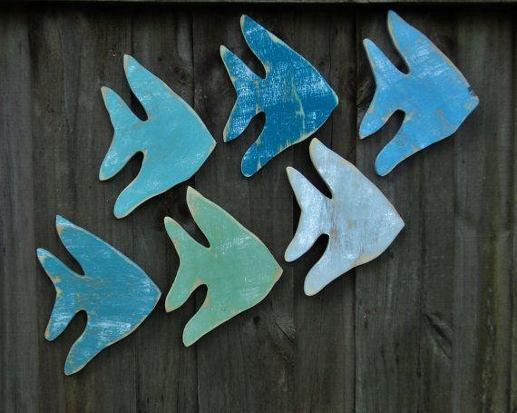 Poissons-anges, poissons tropicaux, décor côtier, décor de maison de plage, art pariétal nautique  * Cette liste est pour 3 poissons en bois ange *  Jai créer ces poissons lunatiques de meubles recyclés ou restes de pin. Les couleurs montrées sont verre vert deau, lac de Sarcelles, baie de Bermudes, peacock, tropical surf et maison bleue. Merci de mentionner vos préférences de couleur dans la note au vendeur à la caisse ou je peux envoyer un mélange aléatoire et vous surprendre ! Mesure…