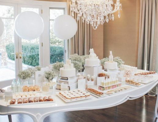 All white shower theme : The days of pink and blue showers are long gone, and in their place are some beautifully clean and fresh shower themes. Mom-to-be's bump will really pop against this all-white decor. It's sophisticated and fun ('cause, you know, so is mom!).