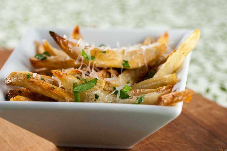 Hou jij ook zo van gebakken frietjes uit de oven? Dan hebben wij nu een heerlijk recept voor je van knoflook parmezaan frietjes met heel veel peterselie.