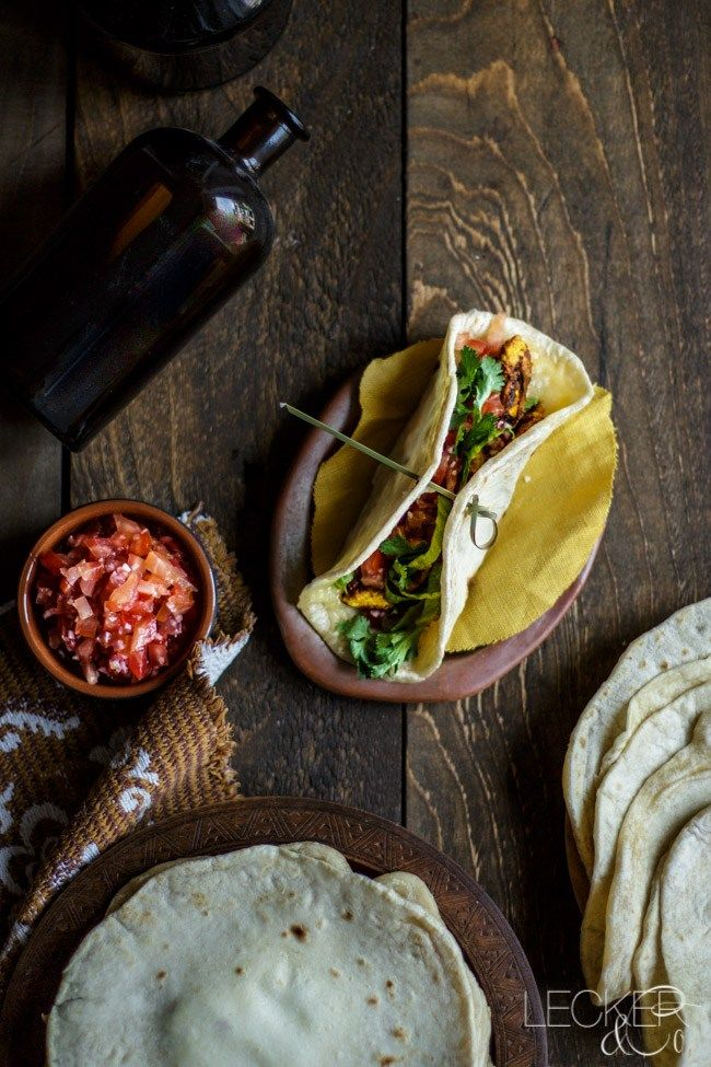 Tortillas mit Hähnchen, Guacamole und Salsa
