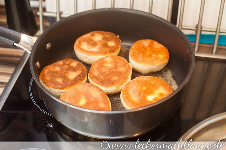 Bisher dachte ich immer Muffins wäre ein meist süßes Gebäck aus dem Backofen. Ihr wisst schon: so ähnlich wie Cupcakes, nur ohne Topping. Tja, das sind amerikanische Muffins. Englische Muffins bestehen aus einem Hefeteig und werden in der Pfanne ausgebraten. … Weiterlesen →